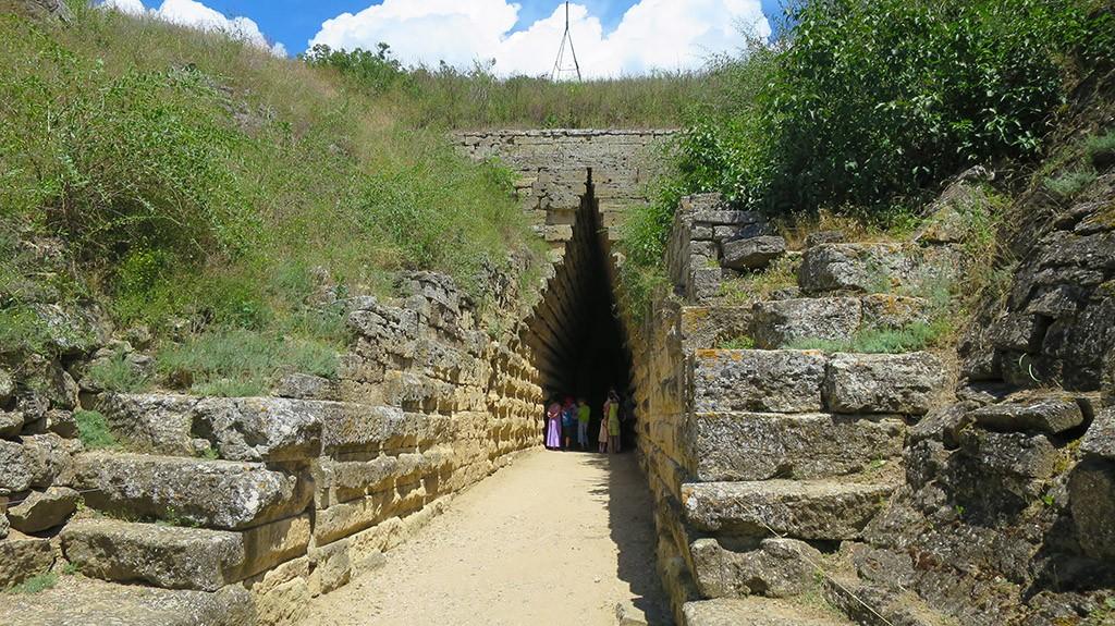 mesta-drevnih-zahoroneniy-privlekayut-mnogochislennyih-posetiteley