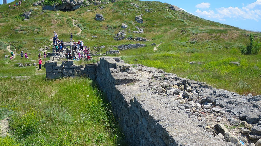 Развалины Пантикапея на склоне горы Митридат