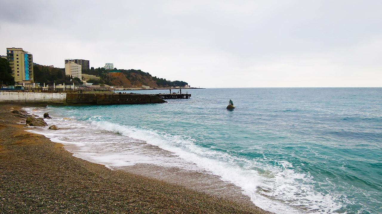Галечный мисхорский пляж.