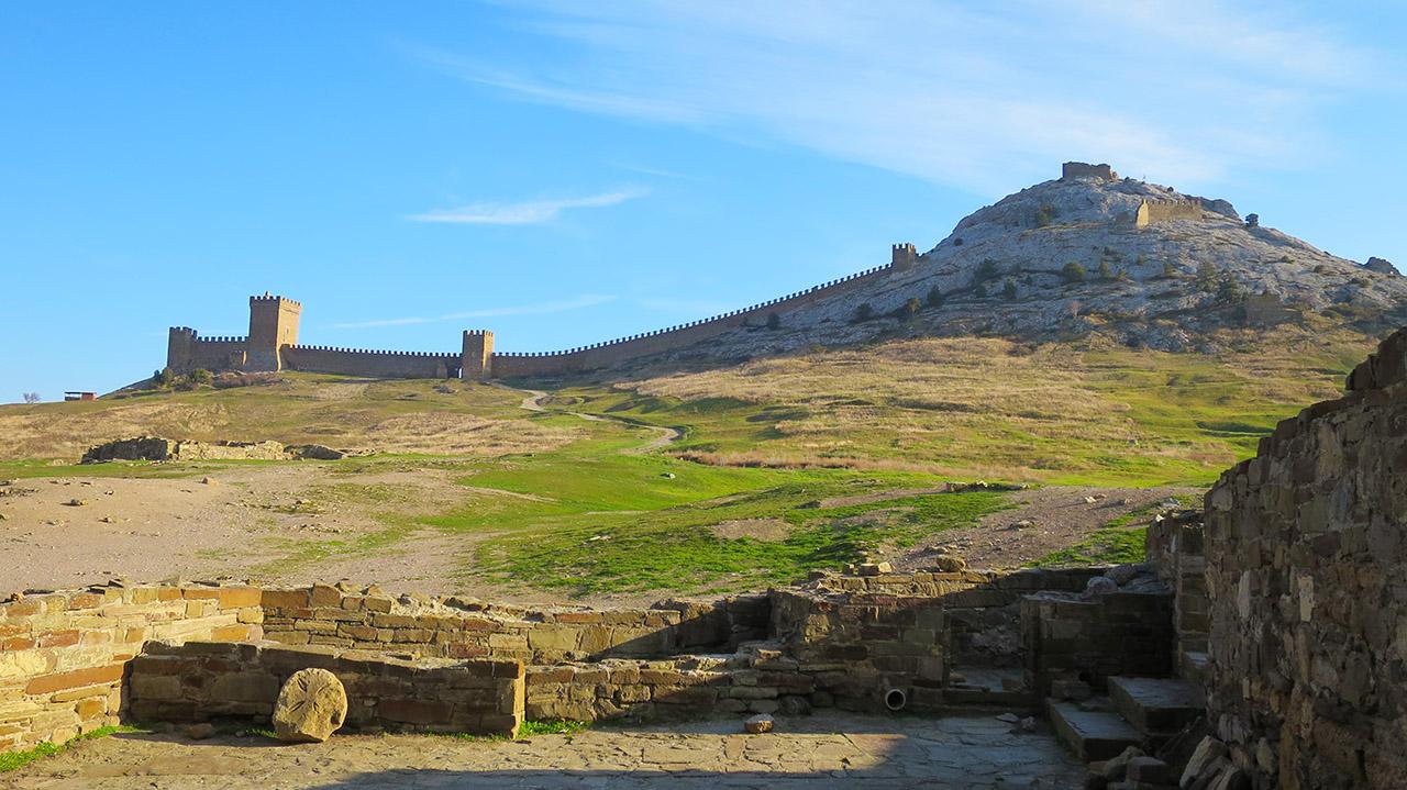 Стены судакской крепости.