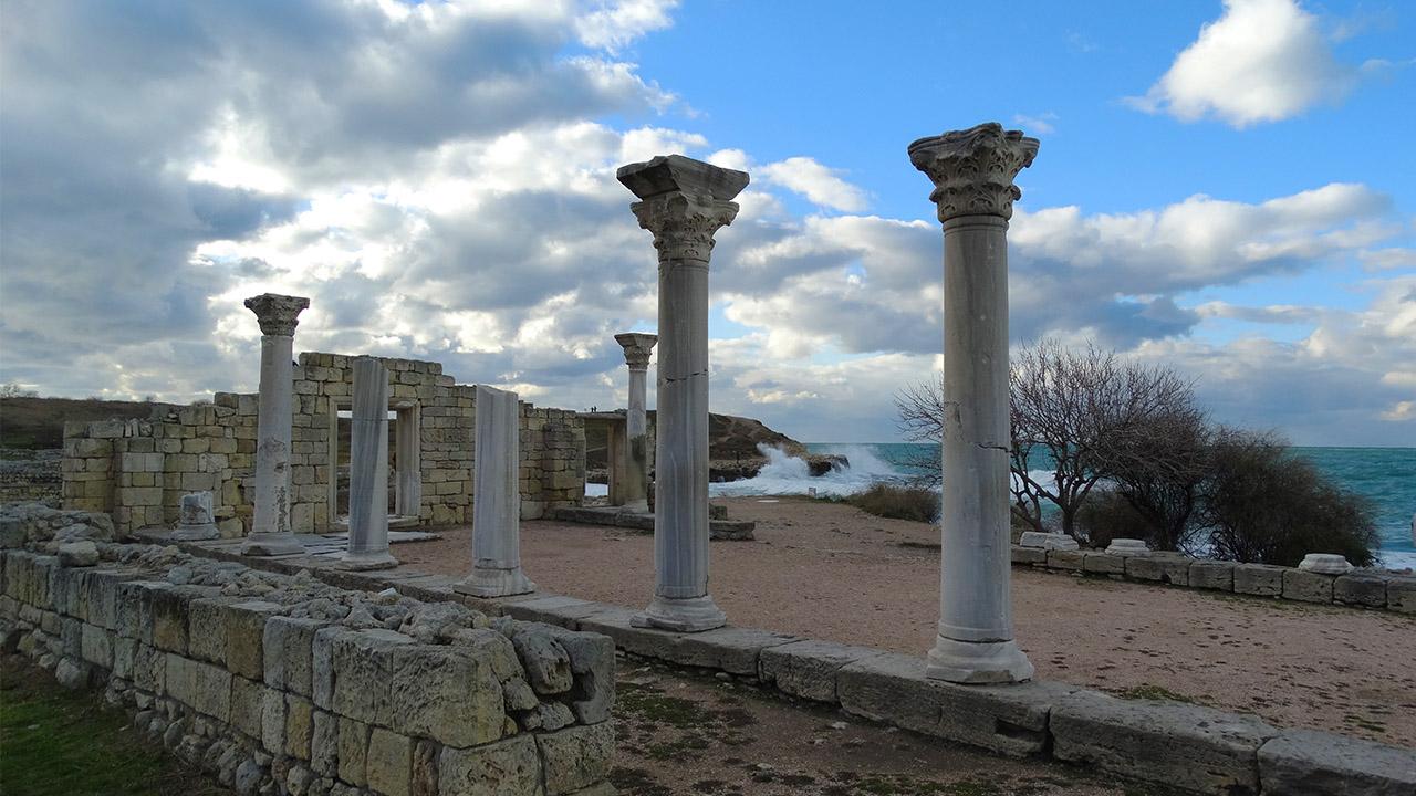 На фотографии колонны древнего Херсонеса зимой.