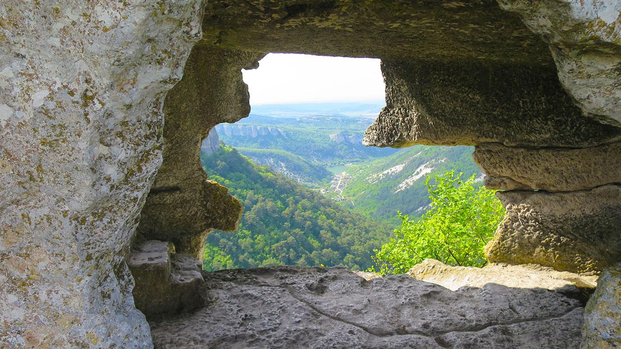 На фото вид из рукотворных пещер Мангупа.