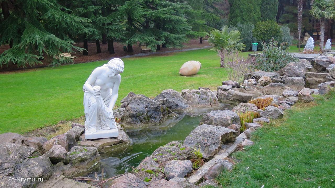 Белоснежные скульптуры у ручья.