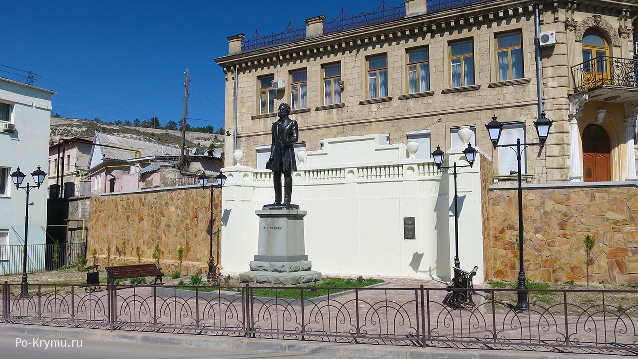 Памятник Пушкину в Старом городе.