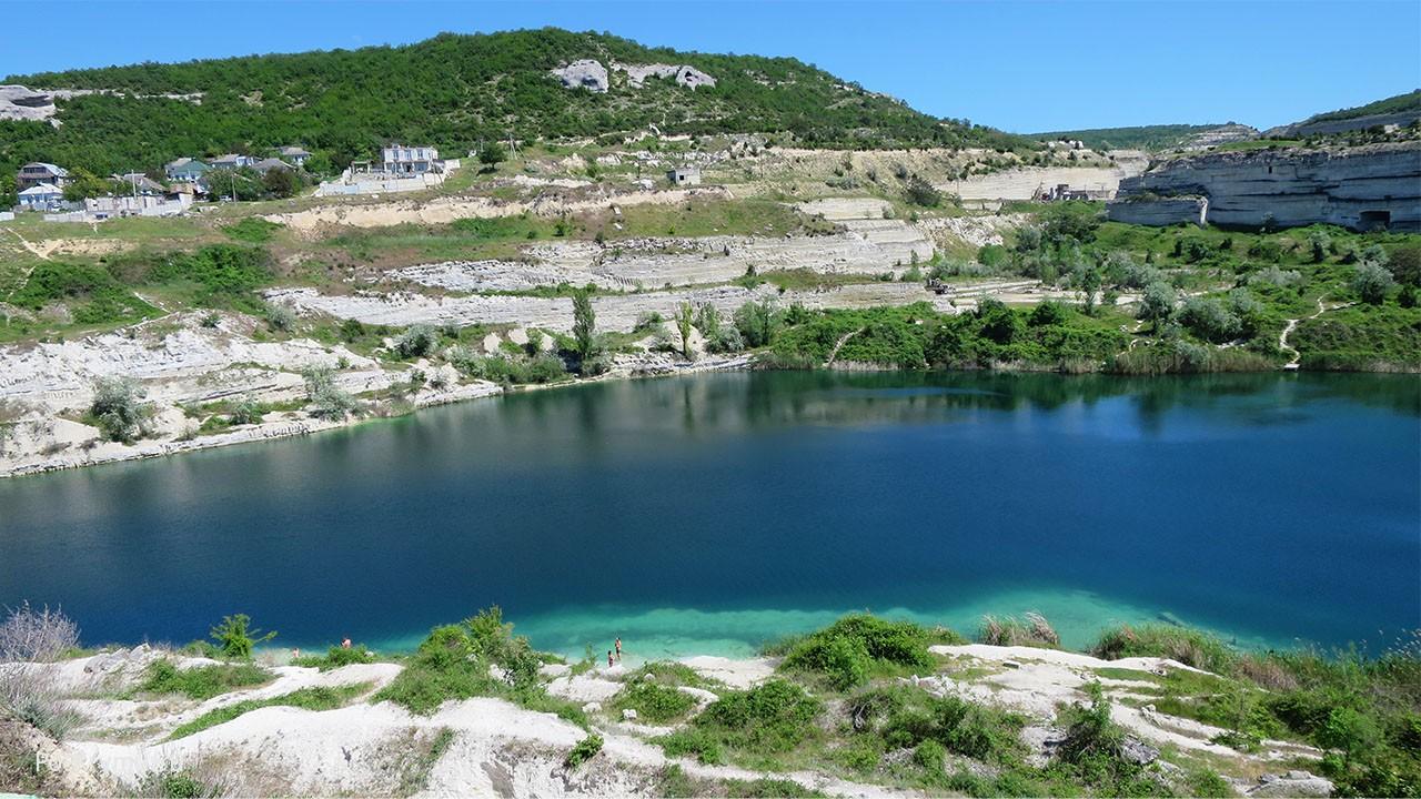 Синее озеро в белом карьере