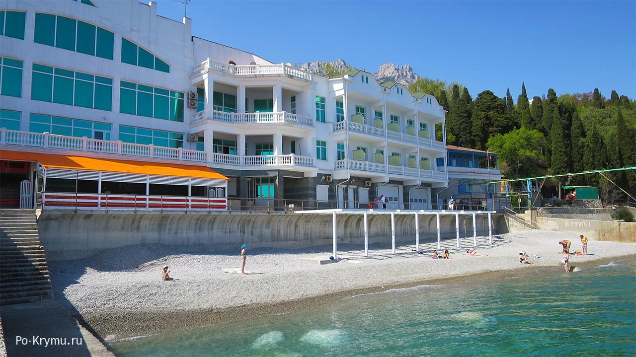 Современные апартаменты у галечного пляжа