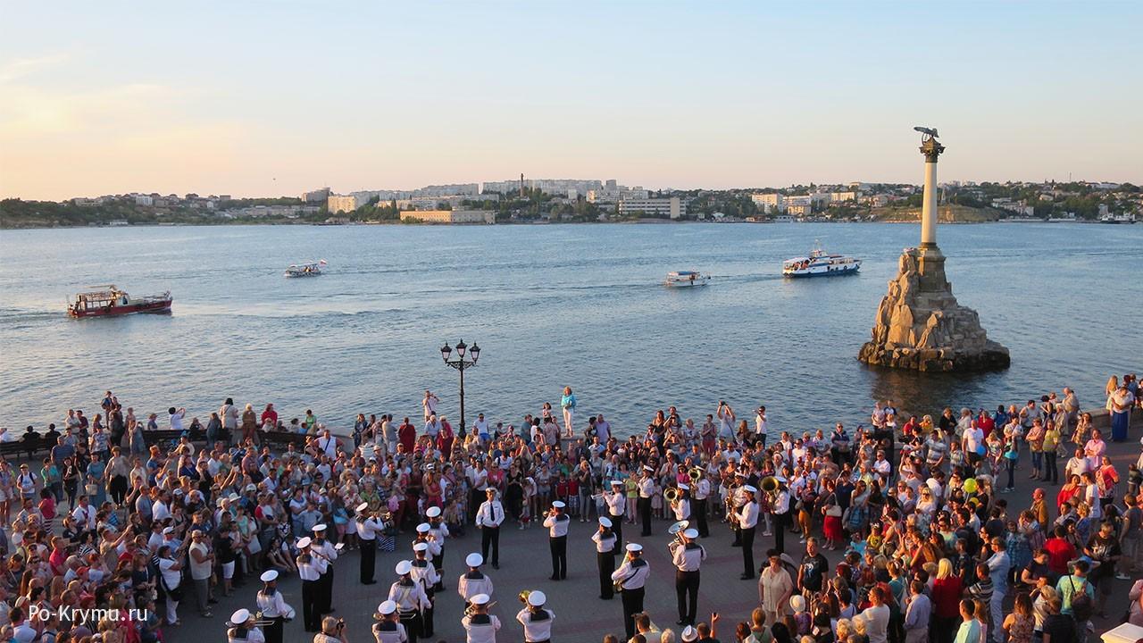Вечер в Севастопольской бухте.