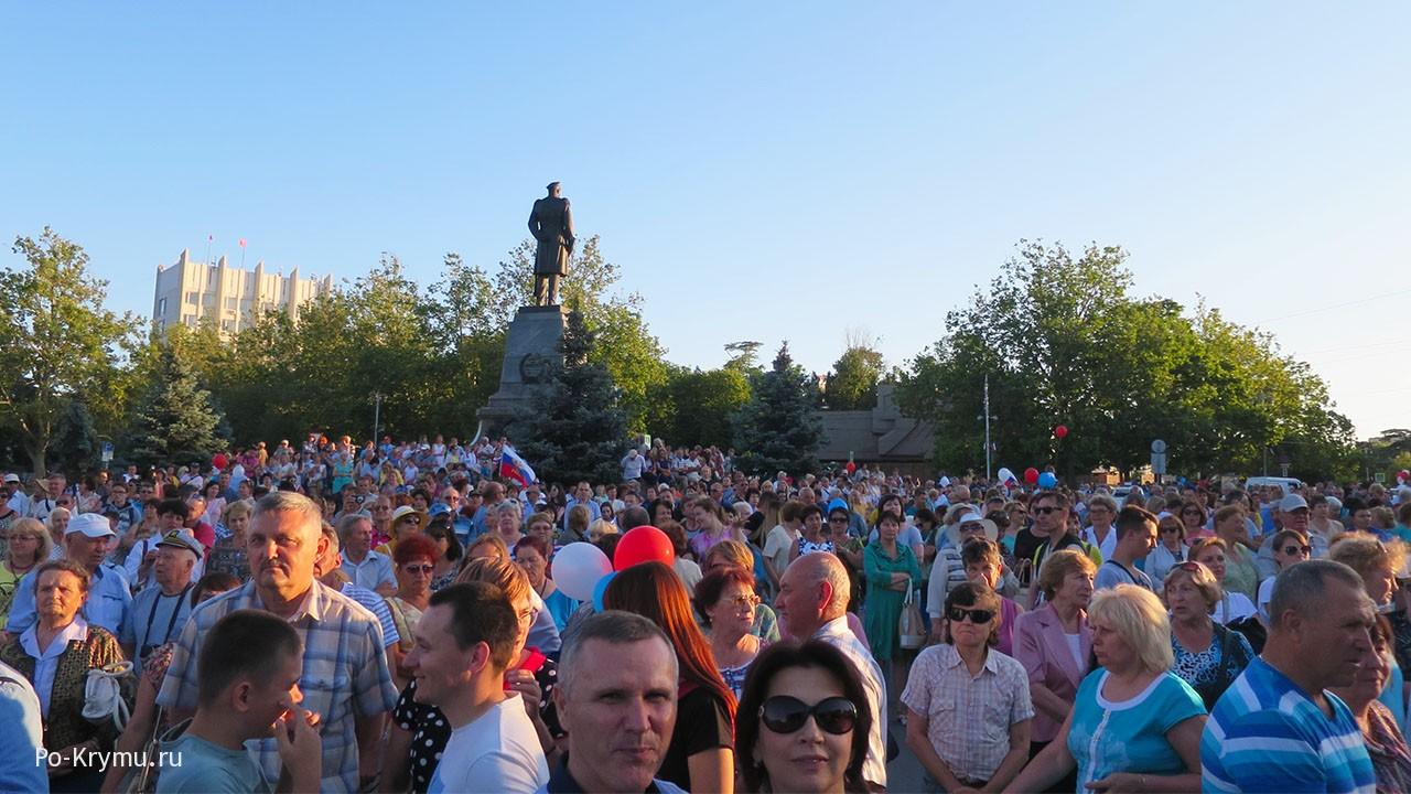 Площадь Нахимова полна народу.