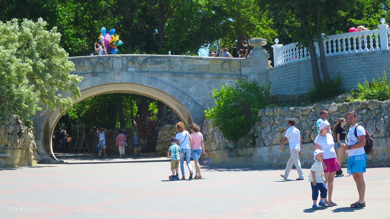 Мост любви в центре города.