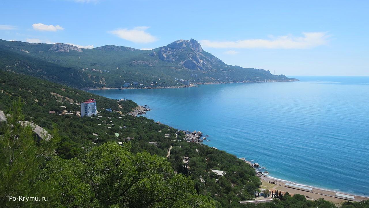 Зеленые горы и голубое море