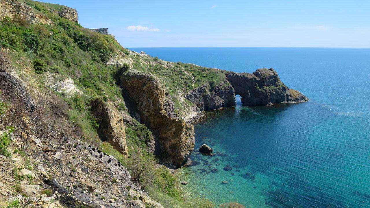 Чарующий грот Дианы в голубых волнах Черного моря.