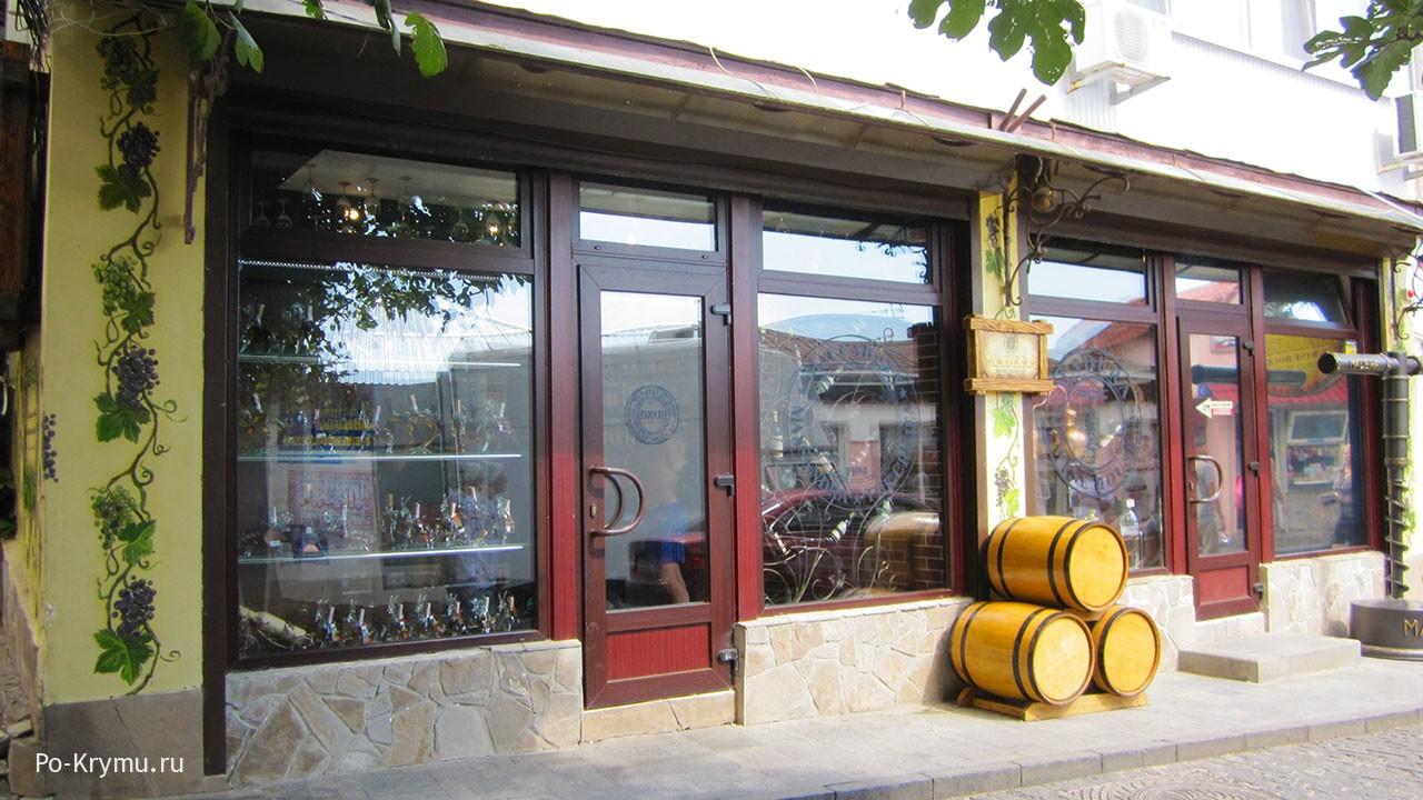 Крымские вина одна из местных достопримечательностей.
