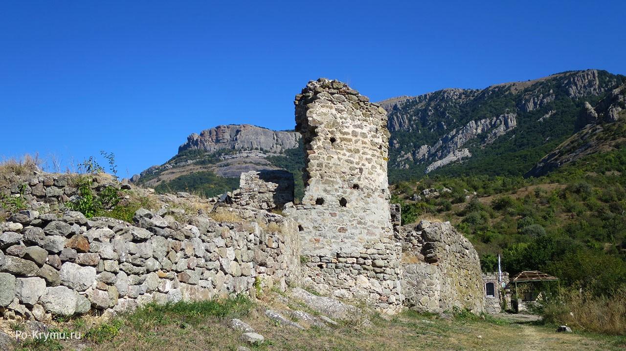 Руины крепости Фуна под Алуштой.