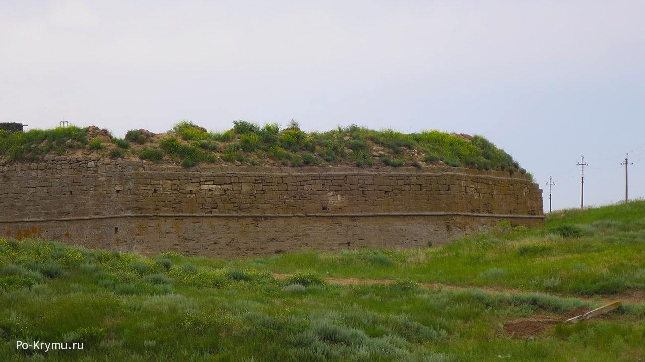 Мощные стены Арабата.