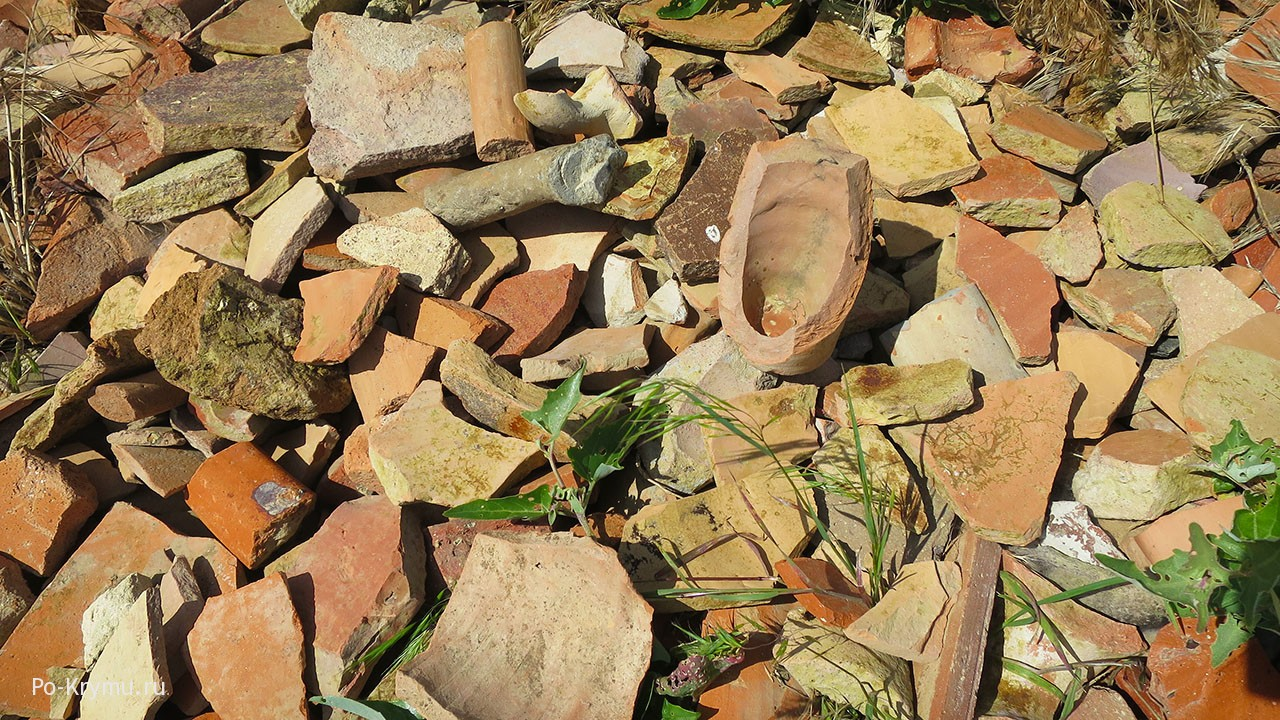 Отвалы на раскопках - желающие могут поиграть в пазлы.