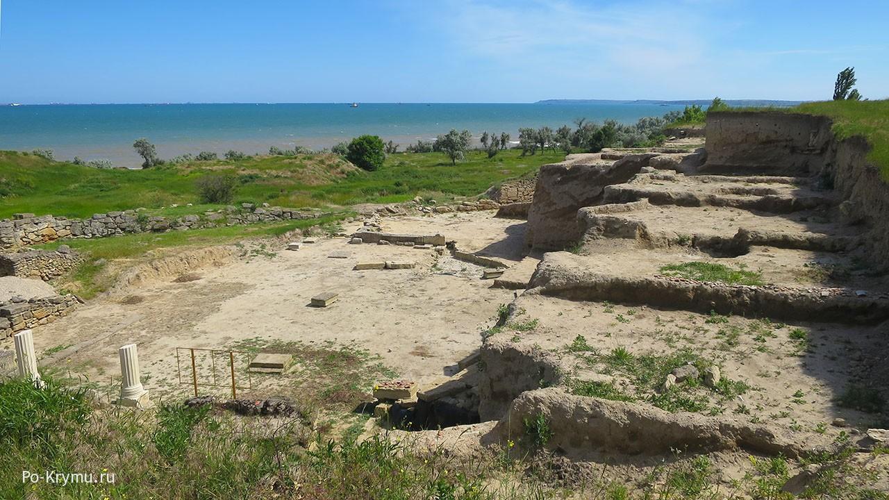 Руины Нимфея - отсюда открывался великолепный вид на Черное море.