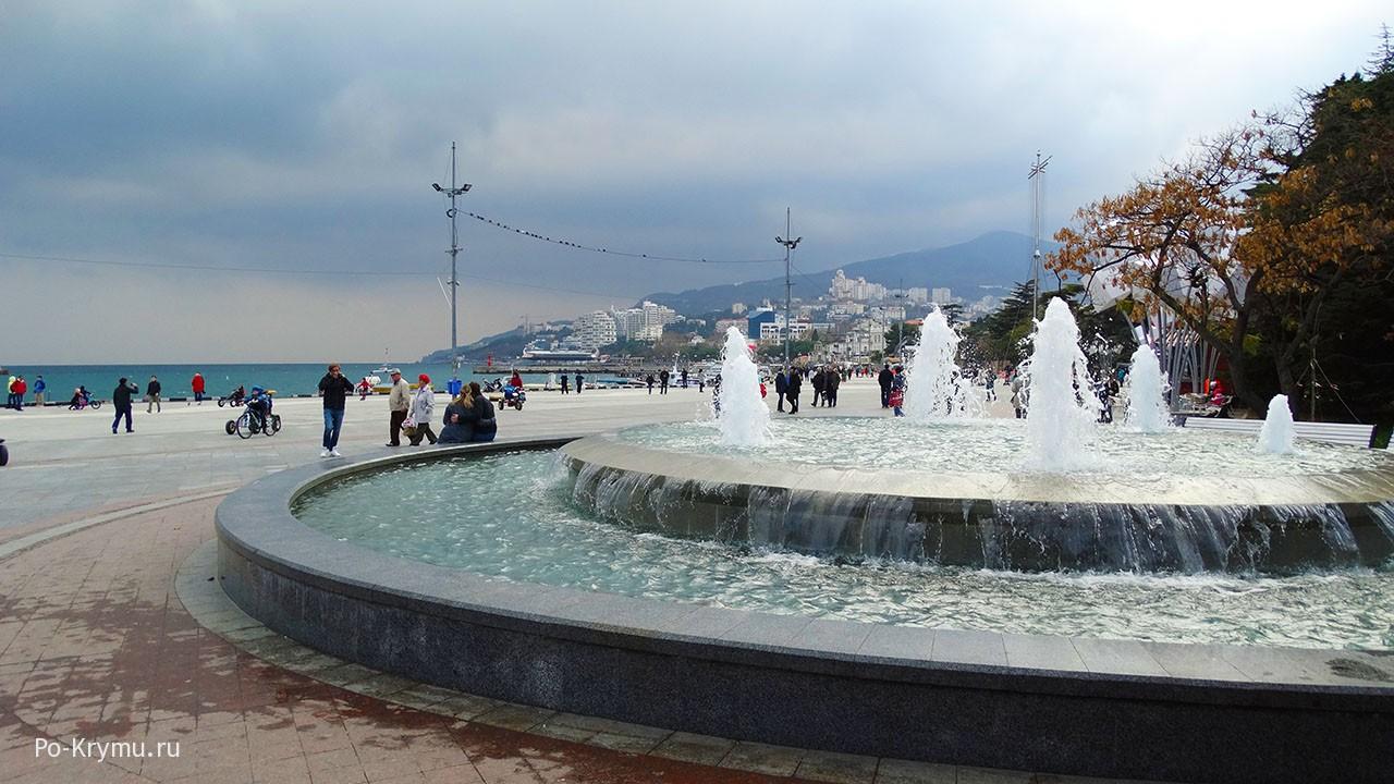 На ялтинской набережной работает фонтан.