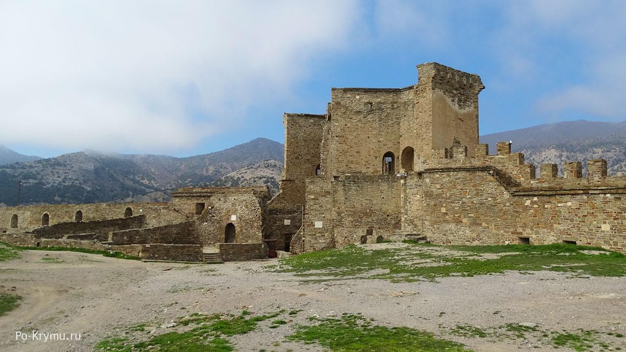Руины судакской крепости - одно из самых необычных мест полуострова.