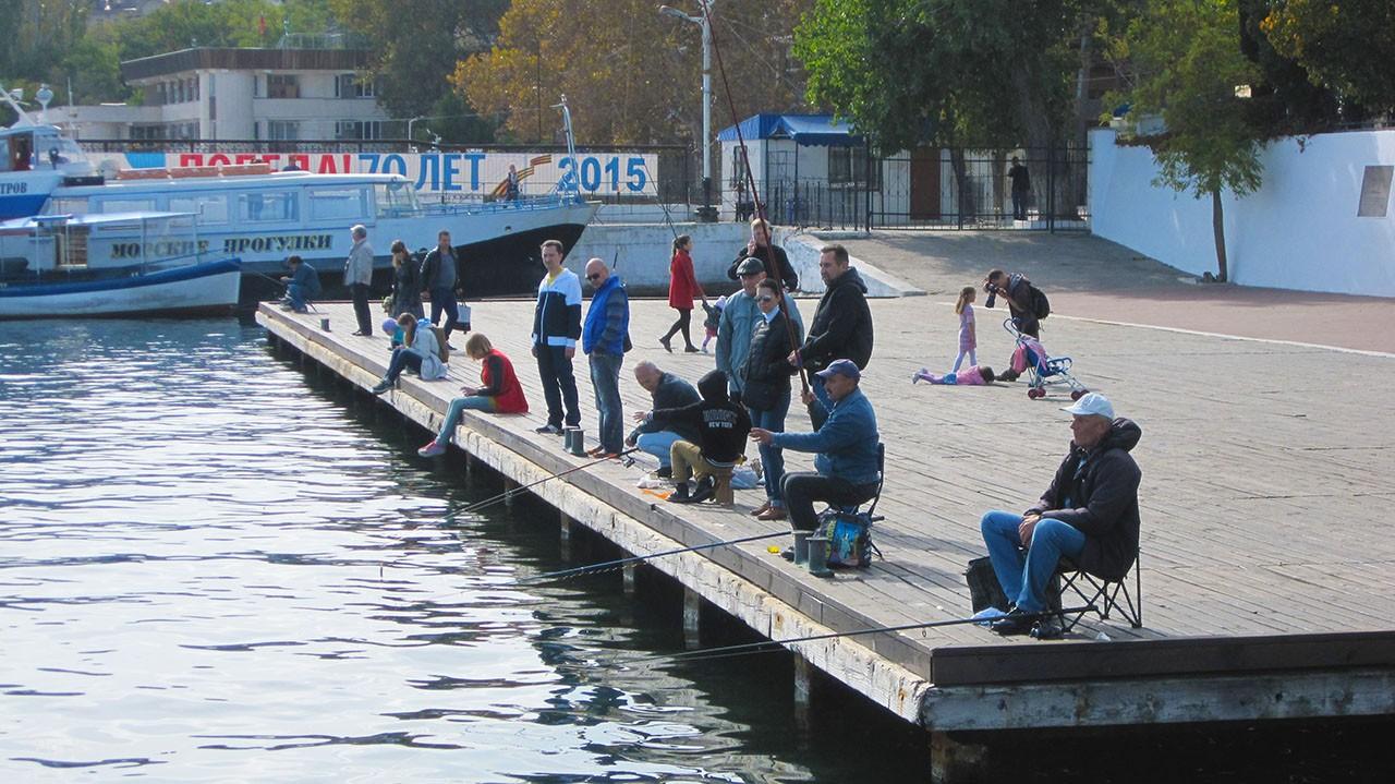 Рыбаки на причале в Севастополе, это уже история.
