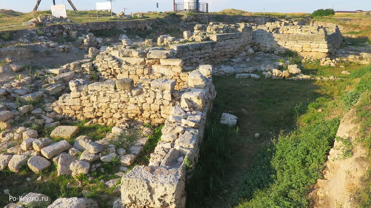 Руины на пляже в Черноморском.