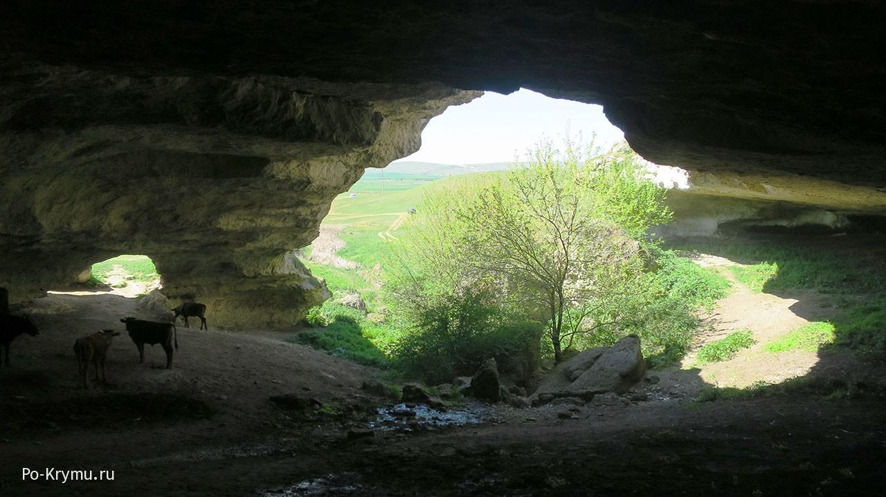 Гора Ак-Кая - памятники природы скалы, Красная балка и грот Кок-Коба.