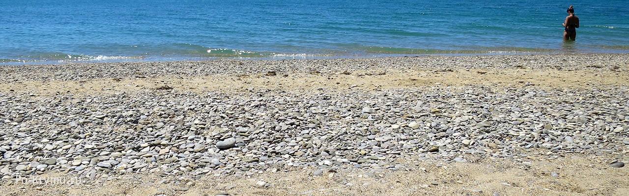 Малолюдное уютное место для пляжного отдыха.