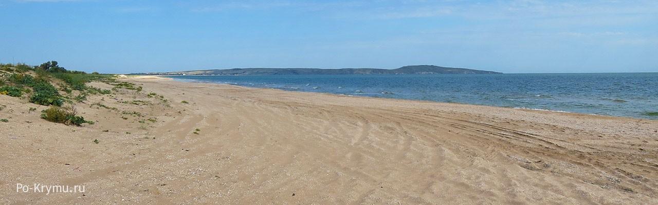 Бесконечный песчаный берег, теплое море - все для отдыха дикарями.