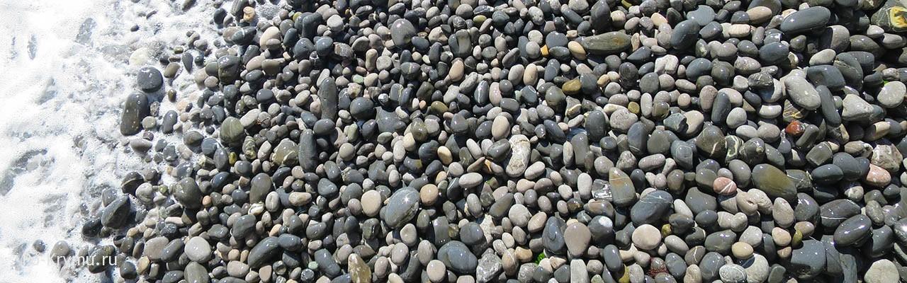 Галечный пляж в Ялте.