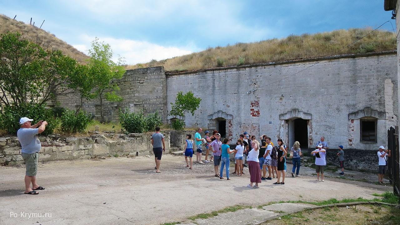 Туристы осматривают подземные постройки.