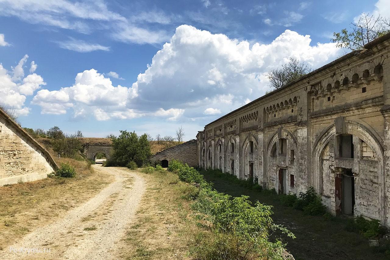 Казармы и другие крепостные постройки.