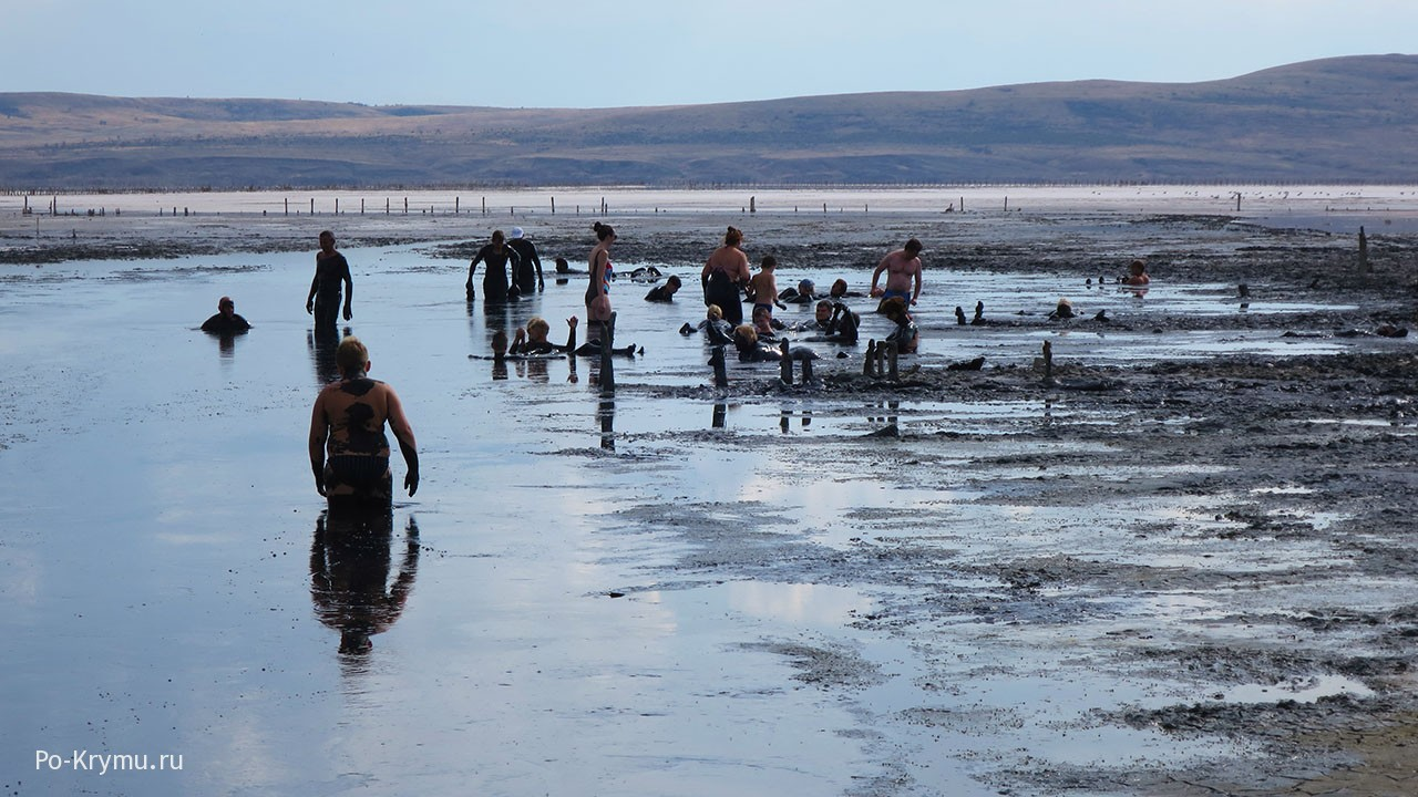Курортное, лечебная грязь озера Чокрак - черная.