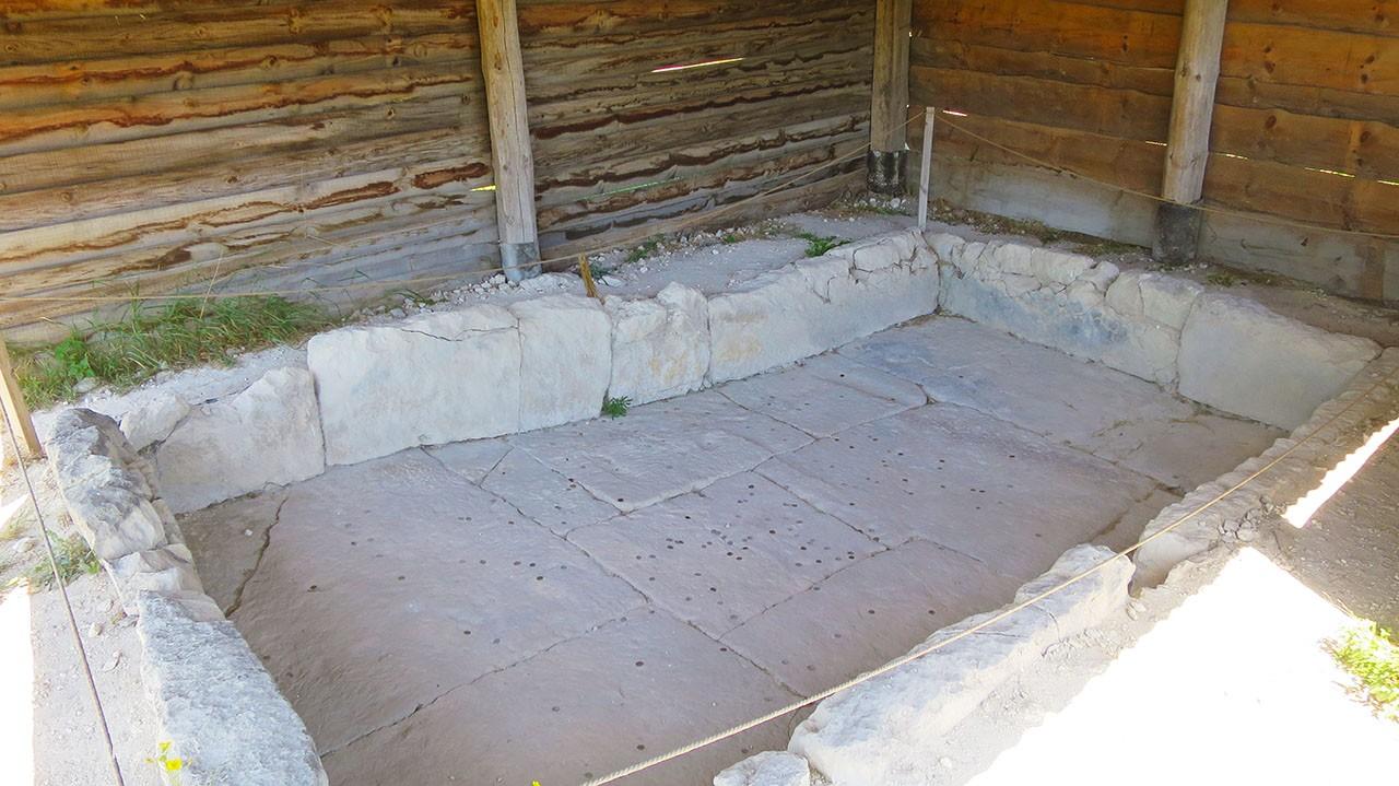 Навес над ритуальным бассейном.