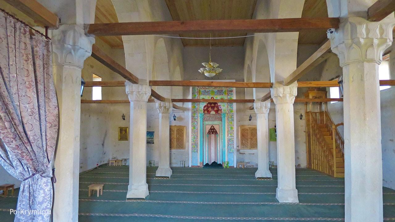 Старокрымская мечеть хана Узбека внутри, отреставрированный михраб.