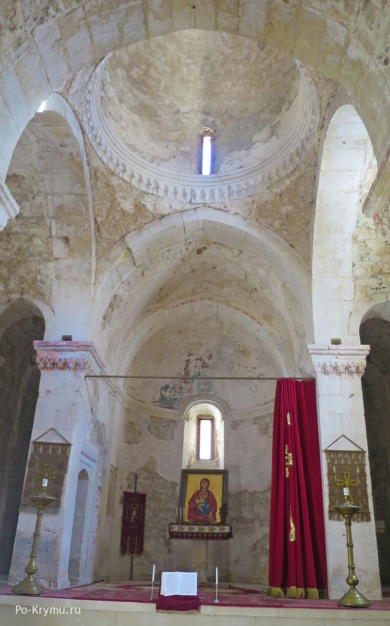 В армянской церкви Сурб-Ншан, Старый Крым.