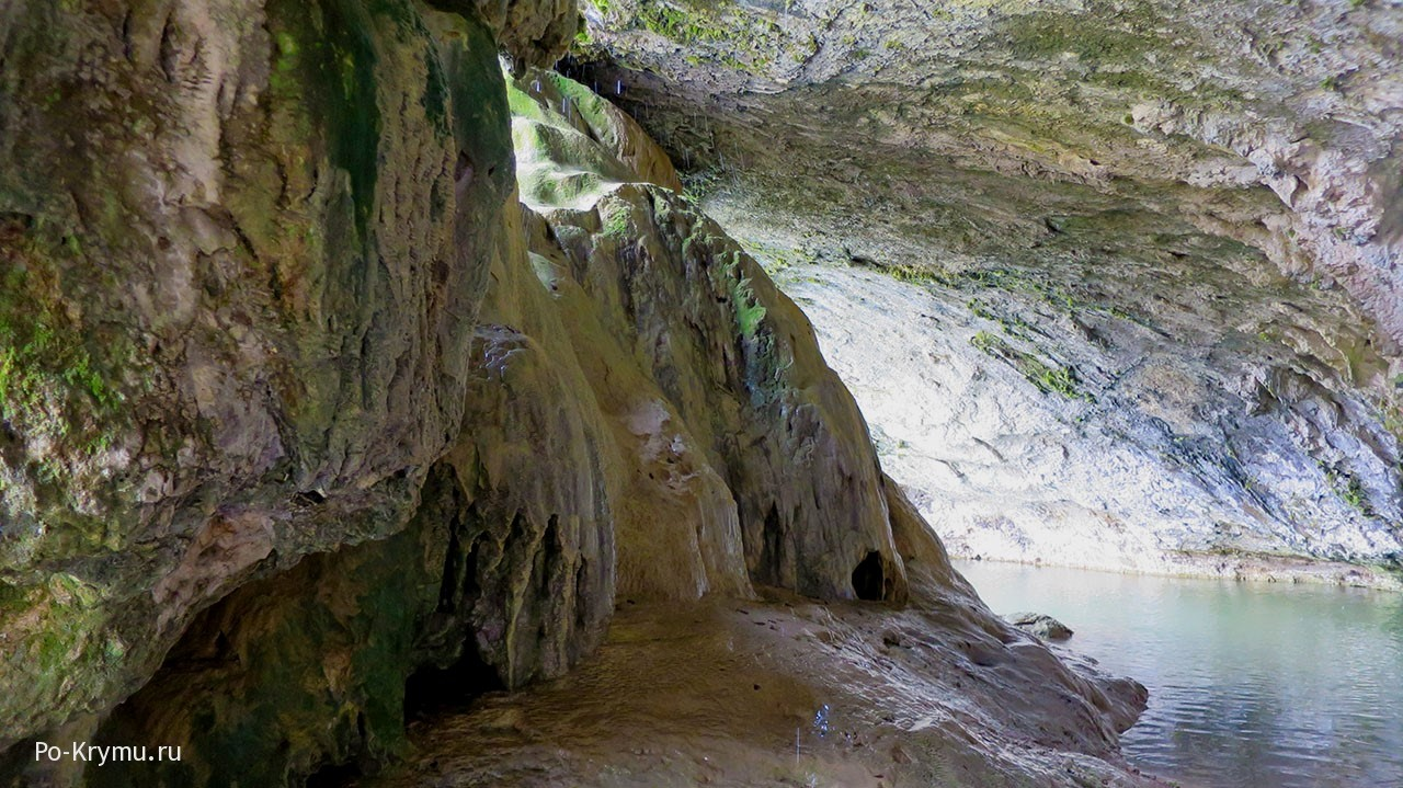 Известковые натеки в гроте у родновского водопада.