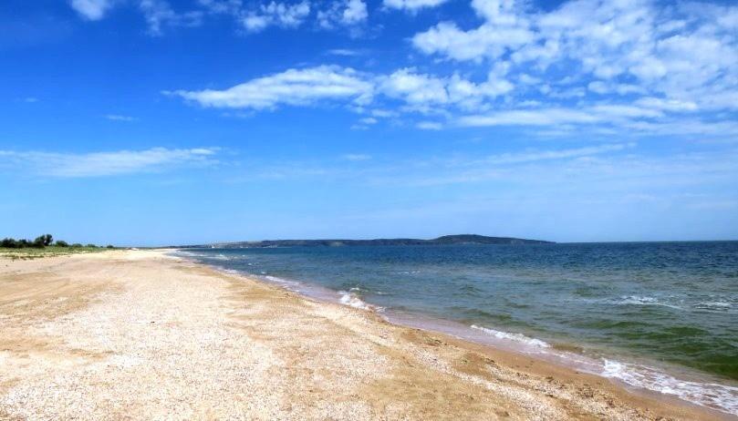 Пляж, вдали Казантип