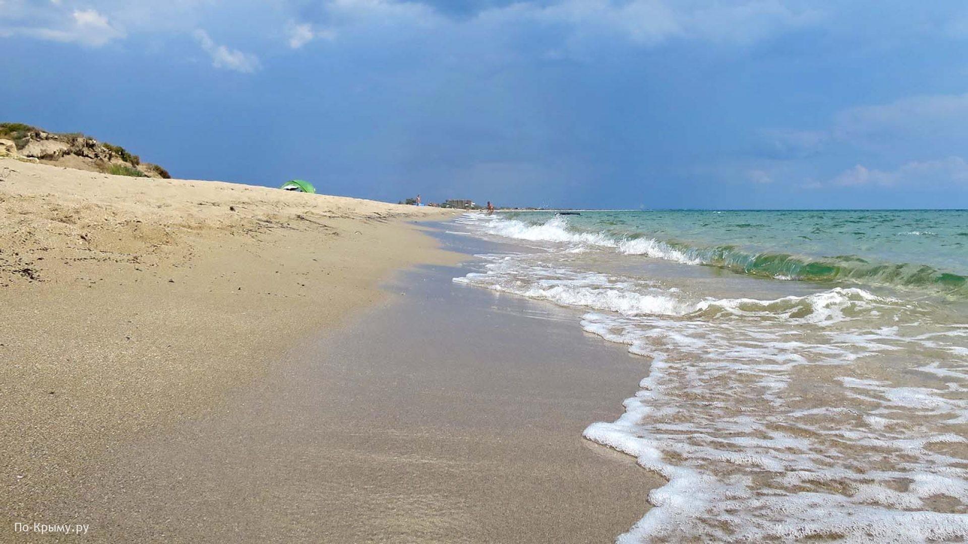 Песчаный пляж черноморского побережья Крыма