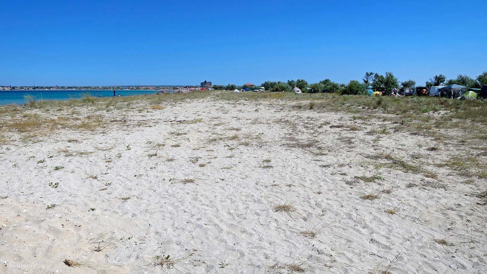 Широкий песчаный берег Крыма для дикого туризма