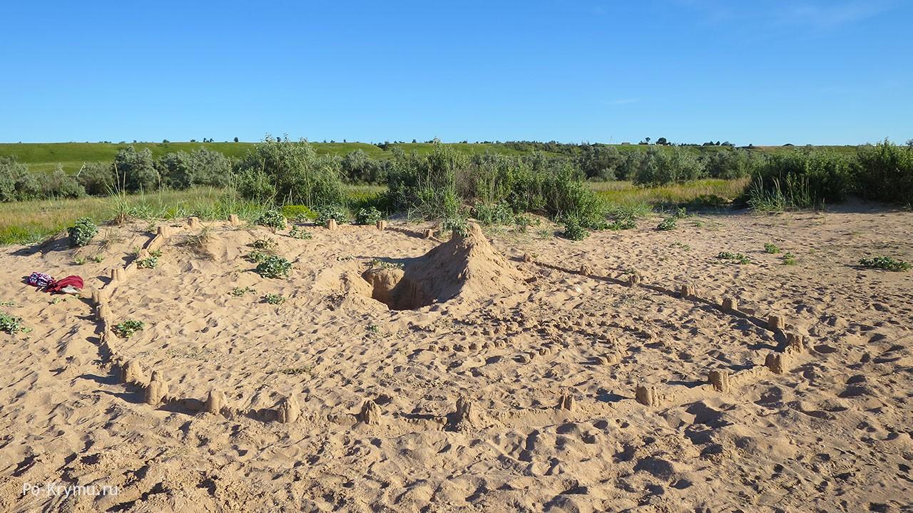 Песочные города на мелком пляже Азовского моря