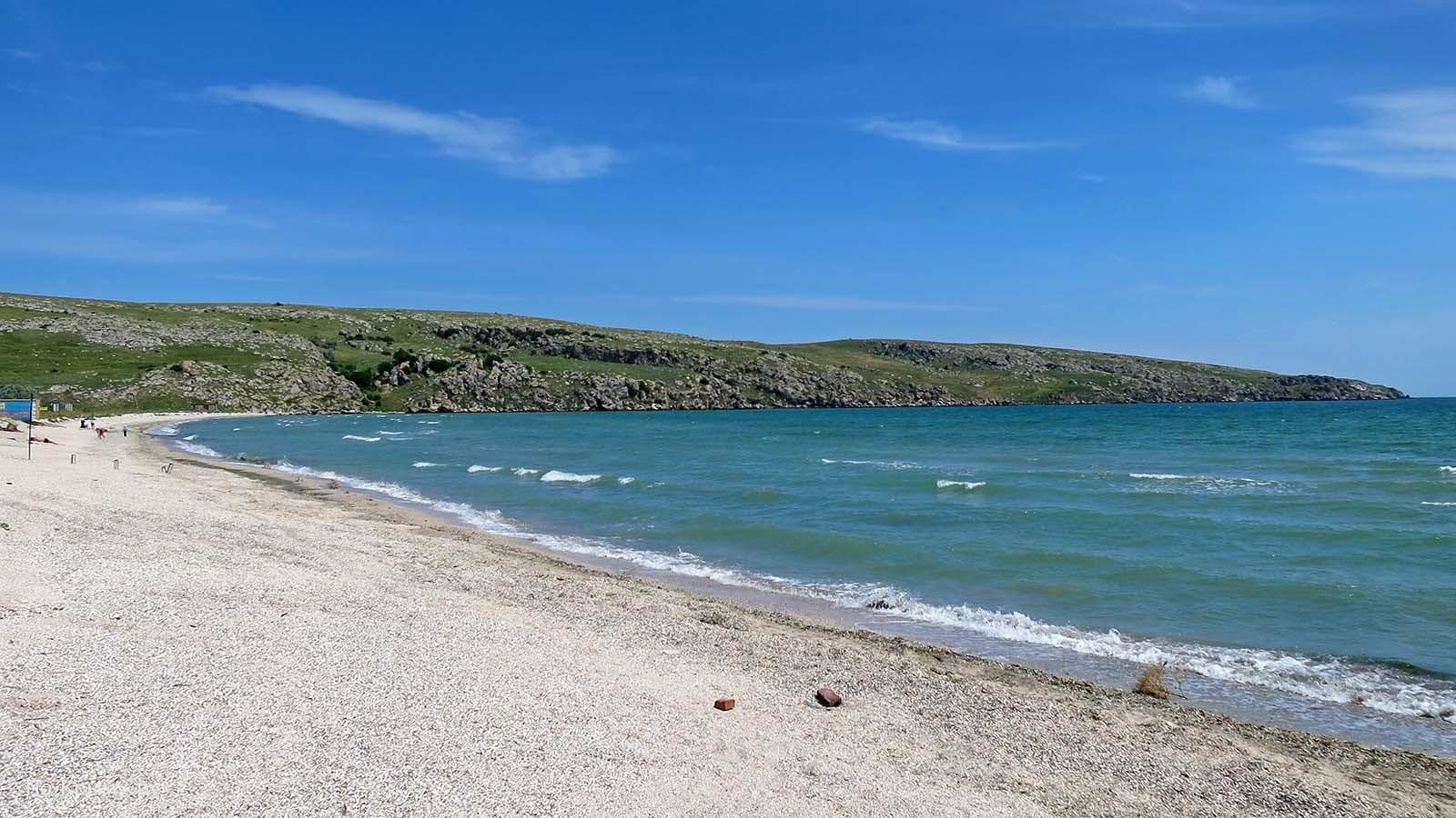 Серый песчано-галечный пляж поселка Мысовое