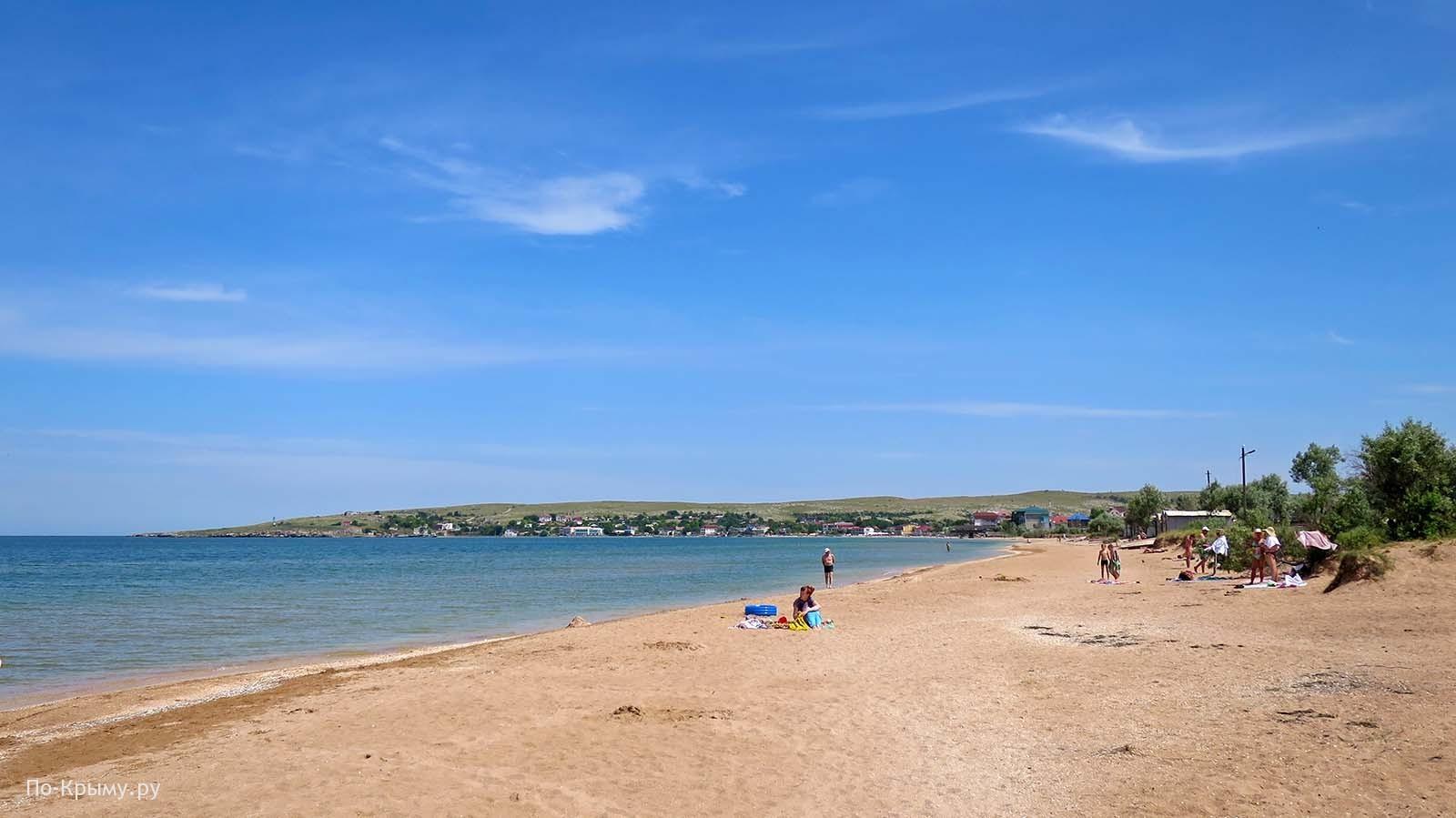Песчано-ракушечный пляж города Щелкино