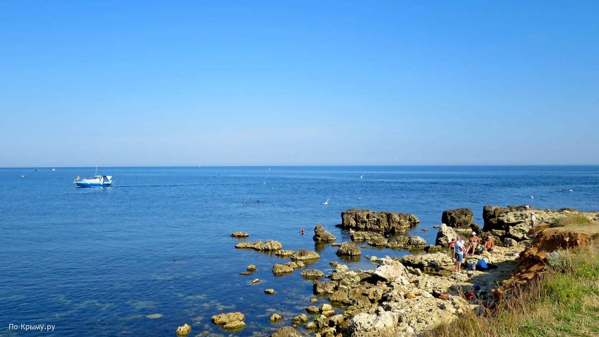 Скалистый берег у бухты Абрамова