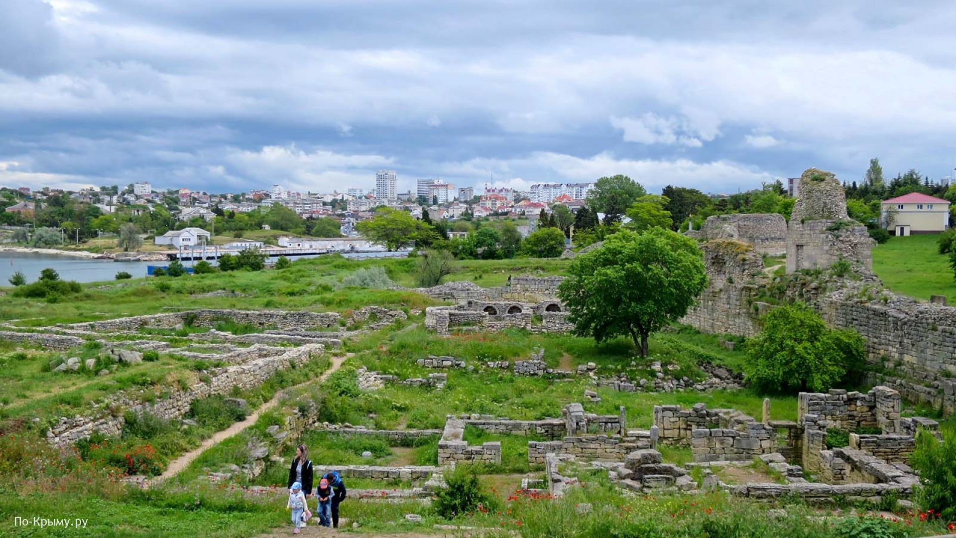 Римские казармы у крепостной стены Херсонеса