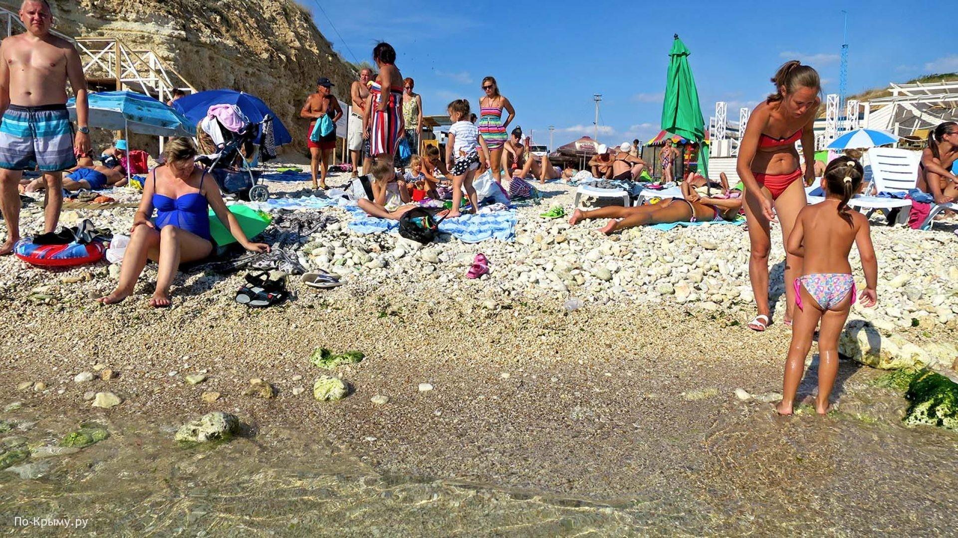 Галечный пляж Севастополя «Голубая бухта»