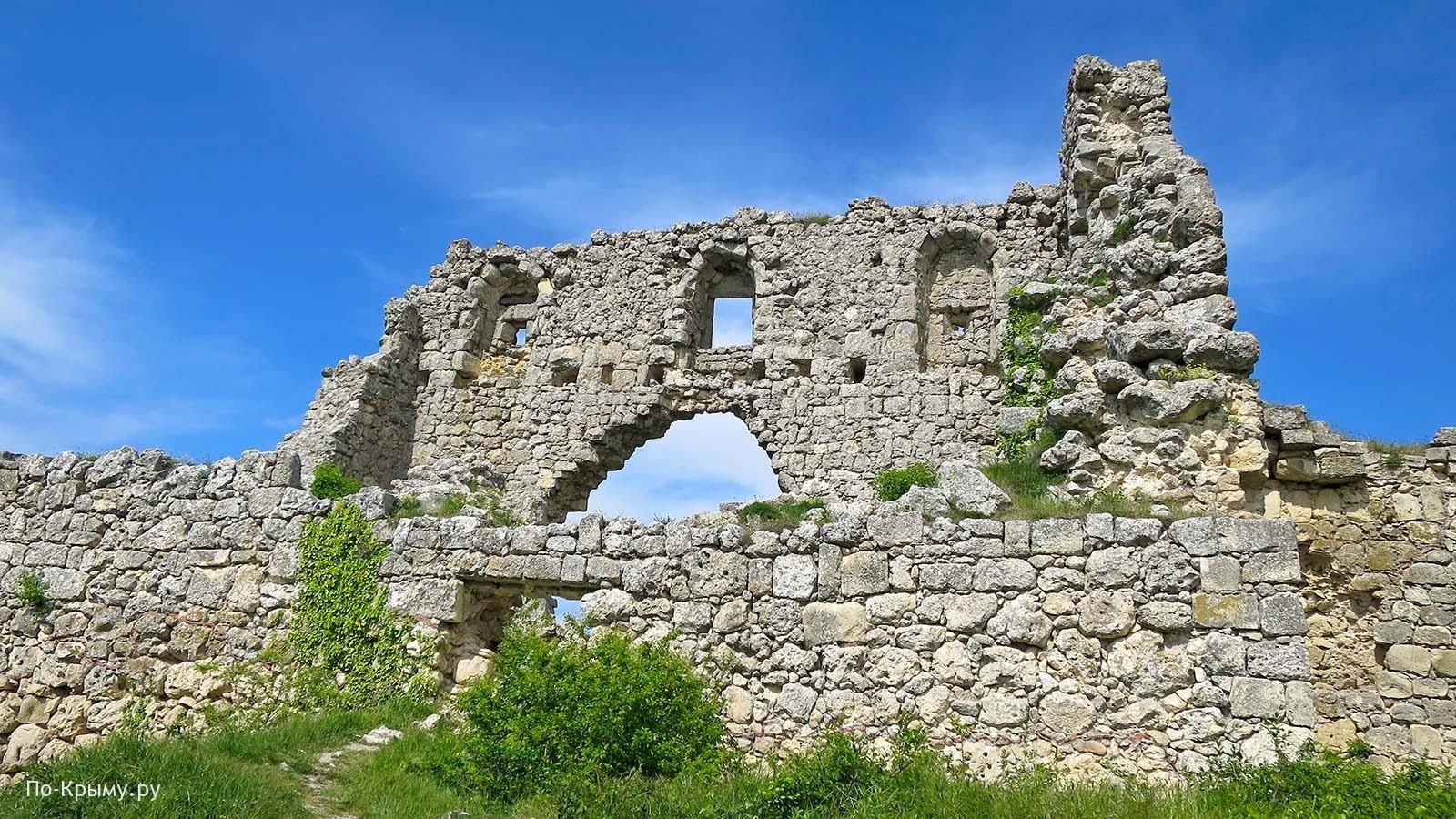 Крым, остатки крепостной стены