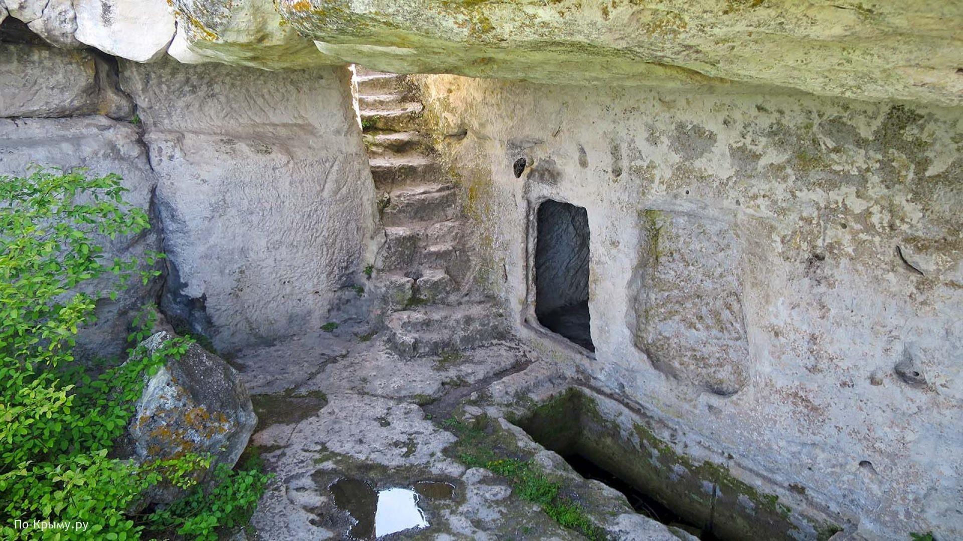 Каменные жилища пещерного города