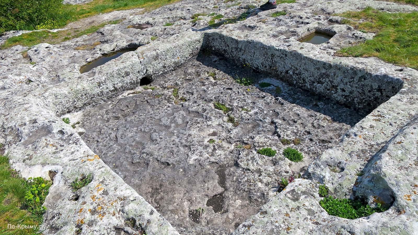 Каменный тарапан для давки винограда и сбора сока