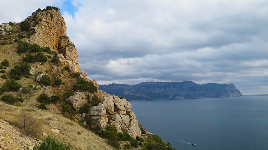 Скалы на берегу Черного моря.