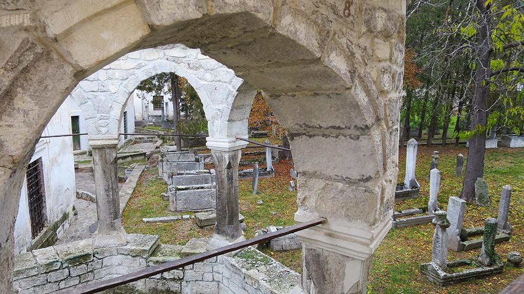 На фото старое кладбище.