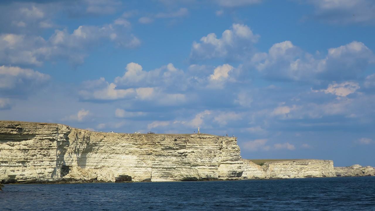 Мыс Танханкут - белые скалы и синее море.
